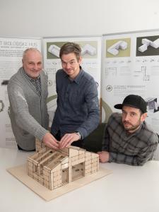 Kim Christofte (tv.), Fredrik Agdrup og Nicholas Agerskov Bjørndal fra EEN TIL EEN glæder sig til at vise Det Biologiske Hus frem på byggeudstillingen i HUSET i Middelfart, som åbner i april.