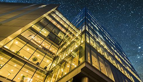 Høj kontorbygning med indendørsbelysning